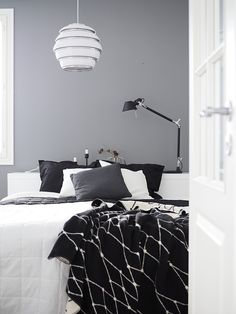 Black and white interiors. Dream Bedroom, Home Bedroom, Bedroom Furniture, Bedroom Decor, Monochrome Interior, Black And White Interior, Interior Design, Mid Century Modern Bedroom, Bedroom Vintage