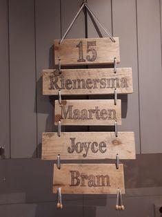 Maatwerk naambord naamladder. Handy Man, Jenga, Baby Gifts, Om, Projects To Try, Creative, Deko, Gifts For Baby, Birth Celebration