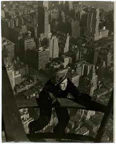A construção do aranha-céu de 102 andares começou em 1930, durante a Grande Depressão, e o prédio é o símbolo da recuperação econômica depois da Crise de 1929, nos Estados Unidos. As fotografias a seguir foram tiradas por Lewis Hine.