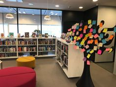 Puu sai Tikkurilan Laurea-kirjastossa syysväriä kun opiskelijat valitsivat mieluista harrastustaan vastaavan värin. Tehtävärasti kuului Laureamkon kampuksella torstai-iltapäivänä järjestämään Hyvinvointi Approon.