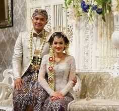 Adat solo putri Javanese Wedding, Indonesian Wedding, Wedding Poses, Wedding Couples, Wedding Ideas, Couple Photography, Wedding Photography, Kebaya Wedding, Traditional Wedding Dresses
