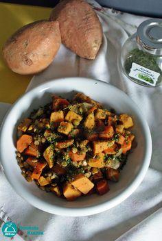 Potrawka z batatów i zielonej soczewicy -   1 duży batat średnia marchewka średnia cebula 90 g zielonej soczewicy 2 łyżki oliwy 700 ml bulionu warzywnego 2 liście laurowe sól, pieprz natka pietruszki