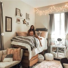 Cute Dorm Rooms We're Obsessing Over Right Now - By Sophia Lee yes yes yes! This girl nailed her dorm room decor. It's all so dang cute! love insta- yes yes! This girl nailed her dorm room decor. It's all so dang cute! College Bedroom Decor, Cool Dorm Rooms, Lights In Dorm Room, Dorm Room Lighting, Dorm Rooms Girls, College Girl Bedrooms, Room Lights Decor, Bedroom Office, Room Decor For Teen Girls
