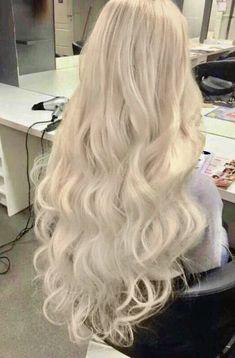 ❤️Ka ¥ la Kiss❤️ Para while cacheadas at the crespas, dormir sem desmanchar os in Blonde Hair Looks, Brown Blonde Hair, Platinum Blonde Hair, Beautiful Long Hair, Gorgeous Hair, Hair Inspo, Hair Inspiration, Dye My Hair, Aesthetic Hair