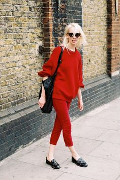 Look monocromático Calça vermelha Blusa vermelha Bolsa preta Mule