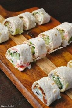 Snelle snack: wraps - LoveMyFood - Famous Last Words Sushi Wrap, Birthday Snacks, Snacks Für Party, Party Finger Foods, Lunch Wraps, Snack Recipes, Cooking Recipes, Tortilla Wraps, Wrap Sandwiches