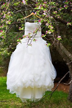 I just really like this picture, so simple yet elegant. *Original pin info: 9 Great Tips for Traveling & Flying w/ Your Wedding Dress http://www.markeleventinsurance.com/wedding-and-event-resources/traveling-with-a-wedding-dress?