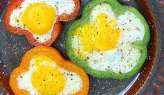 Huevos con forma de flor, preparados en molde de pimientos