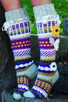 Sukkalehti 2015, Malli 21, Villasukat Anelman kukkasukat Novita 7 Veljestä ja 7 Veljestä Raita | Novita knits Fair Isle Knitting, Knitting Socks, Knitted Hats, Knitting Projects, Knitting Patterns, Crochet Patterns, Crochet Slippers, Knit Crochet, Reuse Clothes