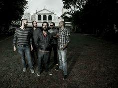 """No show, a banda apresenta as faixas autorais do seu primeiro disco, como """"Esqueça"""" e """"Samba do Obscuro""""."""