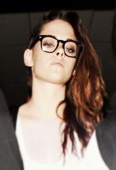 E depois de alguns dias em Paris, prestigiando a semana de moda da Cidade Luz, Kristen Stewart está de volta ao seu país. Confiram as fotos da atriz chegando ao aeroporto internacional de Los Angeles.