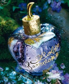 Lolita Lempicka's First Fragrance leads us towards an object of desire, a rare olfactory emotion, unexpected yet very familiar. An enchanting, disconcerting, crisp floral fragrance.