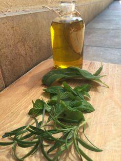 Domácí rozmarýnovo-mátovo-šalvějový olej | Home-Made.Cz Herb Garden, Home And Garden, Home Canning, Korn, Smoothie, Glass Vase, Herbs, Homemade, Plants