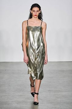 Helmut Lang Fall 2019 Ready-to-Wear Fashion Show - Vogue Helmut Lang, Dolly Fashion, Vogue Fashion, Street Style Edgy, Fashion Show Collection, Catwalk, Fashion Brands, Ready To Wear, Womens Fashion
