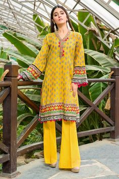 Warda Latest Summer Dresses Printed & Embroidered Collection consisting of best lawn suits, chiffon, jacquard lawn, cambric, etc! Pakistani Fashion Casual, Pakistani Dress Design, Pakistani Dresses, Kurta Neck Design, Lawn Suits, Late Summer, New Trends, Summer Collection, Designer Dresses