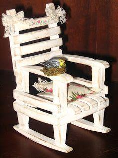 Fiz esta mini cadeira com prendedores de roupa de madeira, é a minha versão que aprendi no blog CALMA QUE ESTOU COM PRESSA .  Abaixo postei ...