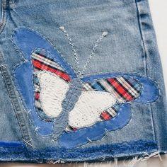Customização em saia jeans. Aplicação borboleta.
