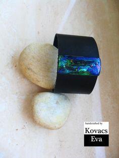 Bőr karkötő kék medállal. Leather bracelet with blue pendant.