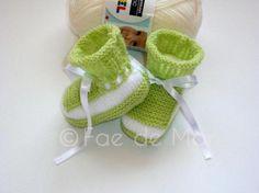 Patucos verdes y blancos calados. 0-3 meses