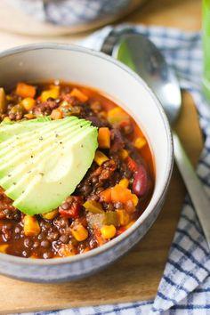 Chili-Liebhaber aufgepasst: Das (vegane) Linsenchili ist dein neues Comfort-Food für den Herbst! Die kalten Tage können kommen.