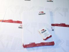 Ein Gesamtkonzept wird umgesetzt und es soll wie aus einem Guss wirken. Die Briefbögen wurden auf 120 g/m² und die Visitenkarten in Hochkantausführung auf mattem Karton mit 300 g/m² hergestellt.