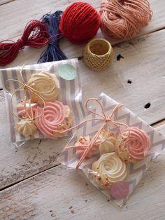 今年のバレンタインは何を作るかお決まりですか?日頃お世話になっている人たちへお配りすることが定番化している近年では、沢山のお菓子を準備する人も多いのでは?そんな方へぴったりのレシピをご紹介いたします。 Cake Boxes Packaging, Cookie Packaging, Valentines Sweets, Valentine Treats, Wedding Doorgift, Royal Icing Piping, Pavlova, Marshmallow Desserts, Meringue Cookies
