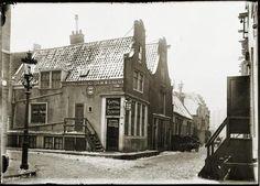 Het huis op de hoek met Vinkstraat 201 en Nieuwe Wagenstraat 1 t/m 19 (v.l.n.r.). De huizen op dit schilderachtige hoekje zijn inmiddels vervangen door nieuwbouw. 1898-1903