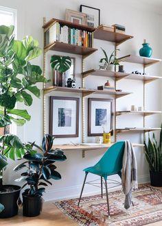 Home office prático feito de prateleiras com trilhos.