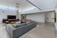 grand canapé gris dans le salon blanc et suspension bulles