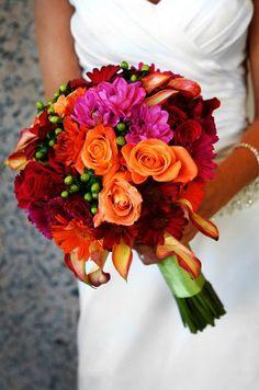 Harmonischer Brautstrauß in kräftigen Farben.