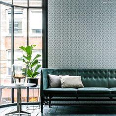 Gentle Groove fra Hooked on Walls - en av årets spennende nyheter. Lekre tapeter i duse farger med metallisk skimmer og geometriske mønster. En stilsikker tapet i et urbant miljø!