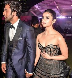 Watch : Alia Bhatt Confesses Her Love For Ranbir Kapoor In The Cutest Way Possible and Makes Him Blush At Filmfare Awards - HungryBoo Bollywood Couples, Bollywood Outfits, Bollywood Actress Hot Photos, Beautiful Bollywood Actress, Bollywood Stars, Bollywood Fashion, Beautiful Actresses, Indian Celebrities, Bollywood Celebrities