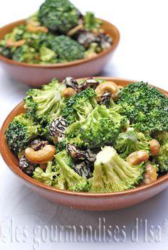 Salade de brocoli aux canneberges et noix de cajou