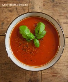 Denne tomatsuppen har jeg spist flere ganger i år allerede; som kveldsmat på kalde vinterkvelder, som middag – enten med kokte egg, glutenfri makaroni eller i selskap med disse bokhvetepannekakene. Det er helt utrolig hvor god smaken blir, selv uten løk eller toro! Jeg er sikker på at du kan pimpe den opp med både …