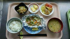 7月24日。魚のホイル焼き、ポテト春巻き、切り干し中華サラダ、茄子の味噌汁、パイナップルでした!魚のホイル焼きが特に美味しかったです!635カロリーでした♪