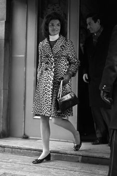 Nadire Atas on Jacqueline Kennedy Onassis Jackie Kennedy steps out in a leopard print coat and Roger Vivier shoes John Kennedy, Estilo Jackie Kennedy, Les Kennedy, Jackie O's, Ethel Kennedy, Der Leopard, Leopard Coat, Leopard Animal, Jaqueline Kennedy