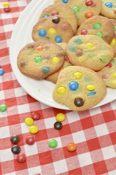 Recept: M&M Koekjes | By Aranka | Bloglovin' College Meals, College Food, Delicious Desserts, Yummy Food, Easy Cooking, Baking Recipes, Bakery, Deserts, Sweets