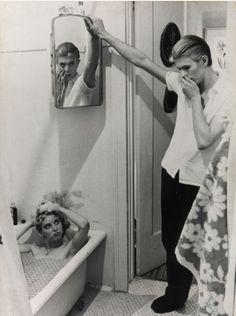 Young David Bowie | ... David Bowie è . Nel nostro caso, l'aggettivo che seguirà è
