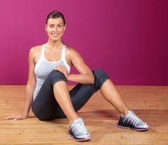 Effektives Figur-Workout  Strafft die Schenkel-Innenseiten  STARTPOSITION: Im Sitzen Beine anwinkeln und Füße aufstellen. Einen Unterarm zwischen die Knie klemmen, mit der anderen Hand abstützen.  LOS GEHT'S: Beide Beine fest gegen den Widerstand des Unterarms zusammendrücken. 30 bis 45 Sekunden lang. Versuchen Sie den Druck peu à peu noch ein wenig zu erhöhen. Dabei betont ausatmen.