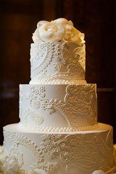 Os bolos com detalhes rendados são delicados e ideais para combinar com o vestido da noiva. Em clima de casamento, tudo para lembrar o seu dia mais especial! www.facebook.com/blacktienoivas