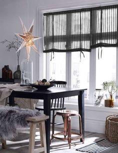 Mustilla kalusteilla luo kivoja kontrasteja vaaleisiin tiloihin. Joulu tulee hiljalleen, tähdet voi jo ripustaa tuikkimaan ikkunoihin tuomaan valoa pimeyteen. #etuovisisustus #keittiö #ellos
