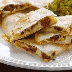 Quesadillas con crispis de longaniza y guacamole   Virginia Demaria Quesadillas, Guacamole, Tacos, Mexican, Eat, Ethnic Recipes, Food, Rehearsal Dinner Dresses, Rehearsal Dinners