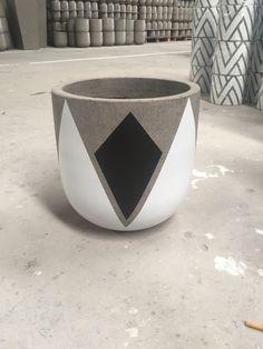 Erstellen Sie einen einfachen und sicheren Pinhole Eclipse Viewer - New Ideas Cement Art, Concrete Pots, Concrete Crafts, Concrete Planters, Painted Plant Pots, Painted Flower Pots, Pots D'argile, Planter Pots, Beton Design