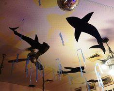 Unter dem Meer lauern die Haie auf unsere Partygäste! Hier haben wir mit cooler Beleuchtung und etwas Kreativität eine Unterwasserdisko für einen Kindergeburtstag geschaffen. Home Decor, Cool Lighting, Under The Sea, Birth, Kids, Decoration Home, Room Decor, Home Interior Design, Home Decoration