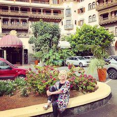 Aamiainen Santa Catalina hotellissa kuohuviinin kera. Sinne kelpaa pukeutua @vaatepuu @uhanadesign kukkaiseen takkiin. LOMA & Vaatepuu! Pettämätön yhdistelmä.