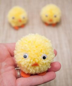 DIY pom pom chicks for Easter in under ten minutes! Great craft for kids to help with! Easy Easter Crafts, Easter Projects, Easter Art, Easter Crafts For Kids, Easy Diy Crafts, Diy For Kids, Easter Eggs, Easter Table, Art Crafts