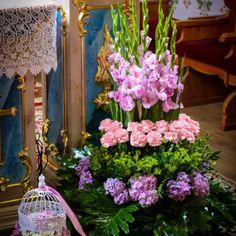 dekoracja kościoła klatki z kwiatami ołtarz
