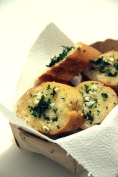 Le pain à l'ail est probablement l'une des meilleures gourmandises du monde. Je pourrais manger deux baguettes complètes là comme ça l'air de rien à l'apéro, sans aucun problème! On ne va pas se mentir, si ça s'appelle baguette à l'ail, ce n'est pas pour rien : c'est blindé mais alors blin-dé d'ail, à éviter…