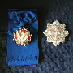 """Der hohe Orden vom """"Weißen Adler"""" war das höchste Ehrenzeichen der Dritten Republik Polen und die höchste Auszeichnung der Ersten Republik Polen, des Herzogtums Warschau, Kongresspolens (bis 1831) und der Zweiten Republik Polen (1918–1945). Der Orden wurde 1705 von dem in Bedrängnis geratenen König August dem Starken nach dem Vorbild des Schwarzen Adlerordens gestiftet."""