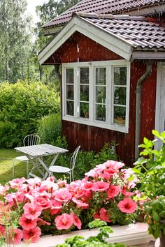 Discover recipes, home ideas, style inspiration and other ideas to try. Swedish Cottage, Red Cottage, Swedish House, Cottage Homes, Scandinavian Cabin, Nordic Home, Rusty Garden, Window Bars, Red Houses